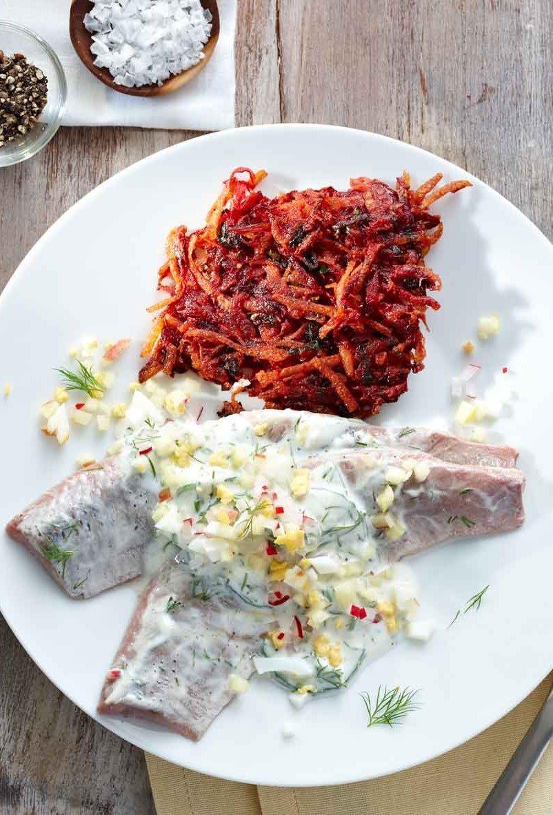 NORDSEE Rezept: Matjesfilets in Dillrahmsauce mit Radieschen-Apfel-Topping und Rote-Bete-Kartoffel-Rösti