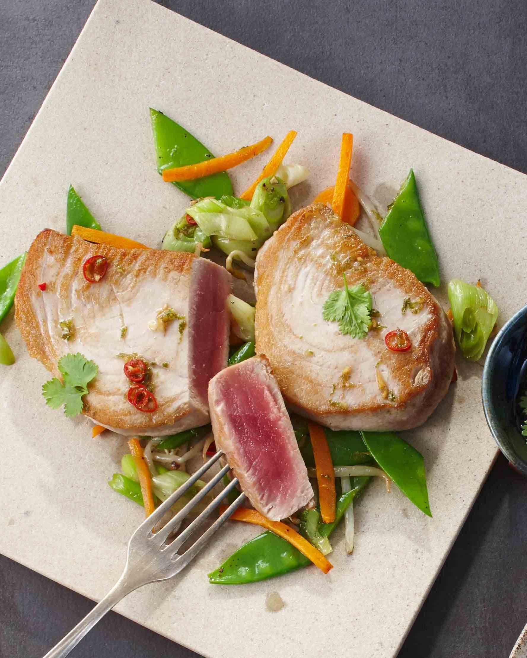 NORDSEE Rezept: Thunfischsteak mit Möhren, Frühlingszwiebeln, Mungobohnensprossen in Teriyaki-Sauce